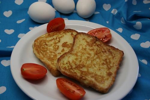 Chlebek smażony w jajku z pomidorami