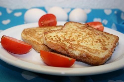 Chlebek smażony w jajku i pomidory