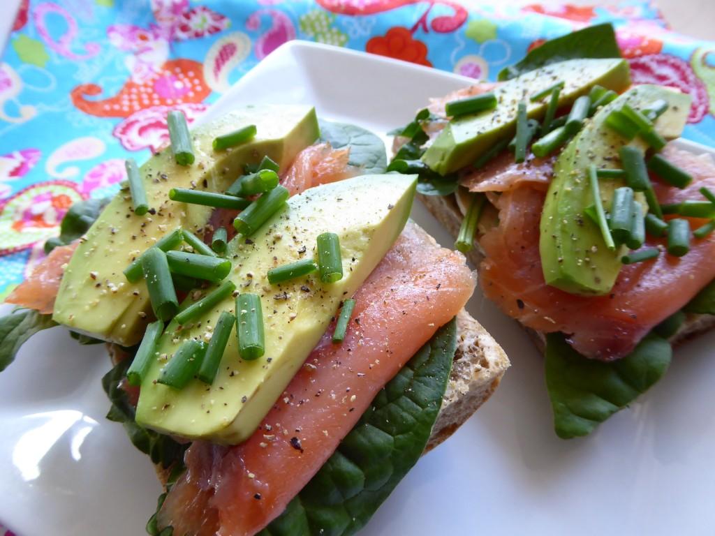 Kanapki z wędzonym łososiem i avocado
