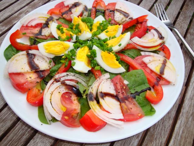 Letnia sałatka z jakiem i warzywami