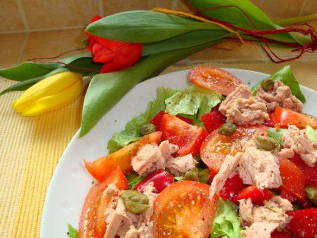 Prosta sałata z tuńczykiem - sałatka