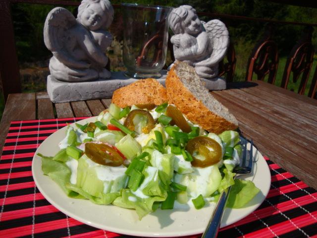 zielona sałata z sosem czosnkowym